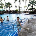 ホテルのプールで遊ぶ