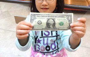 逆に100ドル札は使いにくい。お釣りが無いと言われて受取拒否される事も。